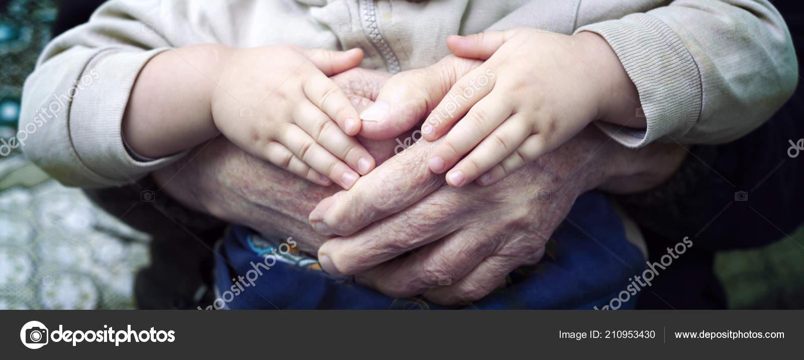 Explotación Mano Viejos Jóvenes Cogidos Mano Foto De Stock