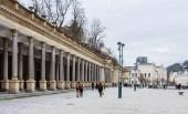 Karlovy Vary, Česká republika: 25 ledna 2018: Mlýnská kolonáda na Mlynske nabrezi ulici v Karlových Varech. Čechy. Česká republika