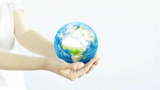 Egy nő tartja a bolygót a kezében. Fiatal felnőtt kezek, fehér alapon tartva a Földet. Természetvédelmi koncepció.