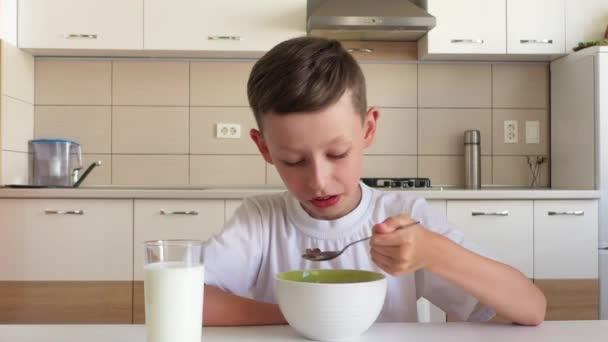 8 let starý chlapec pojídáním snídaně.