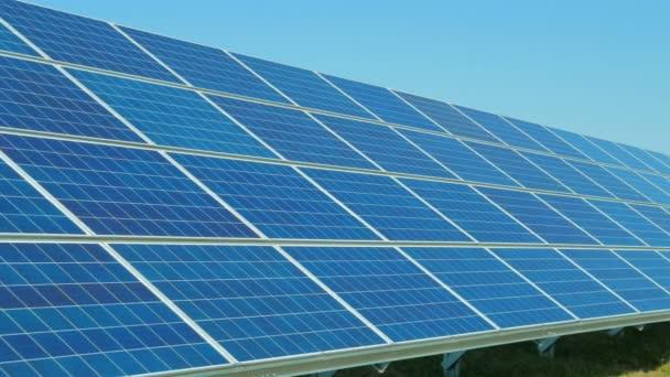 solární panely a větrné turbíny