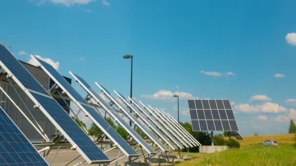 Sonnenkollektoren in der Nähe des modernen Unternehmens, Zeitraffer