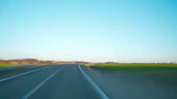 Autem na venkovské silnici, časová prodleva