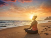 Fotografie Mladá sportovní kondici žena dělá jógu oudoors na pláži