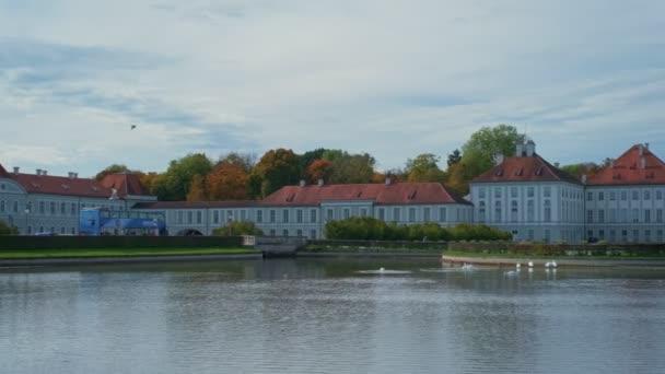 Schloss Nymphenburg in München im Oktober. Berühmtes touristisches Wahrzeichen in Minchen. See mit schönen weißen Schwänen. Deutschland, Europa. Kamera horizontal schwenken