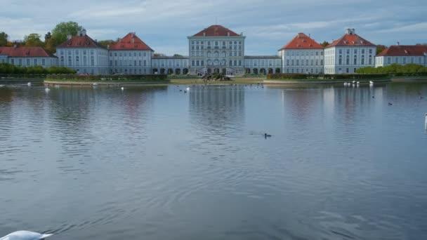 Schloss Nymphenburg in München im Oktober. Berühmtes touristisches Wahrzeichen in Minchen. See mit schönen weißen Schwänen. Deutschland, Europa