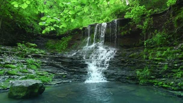 vodopád v horách