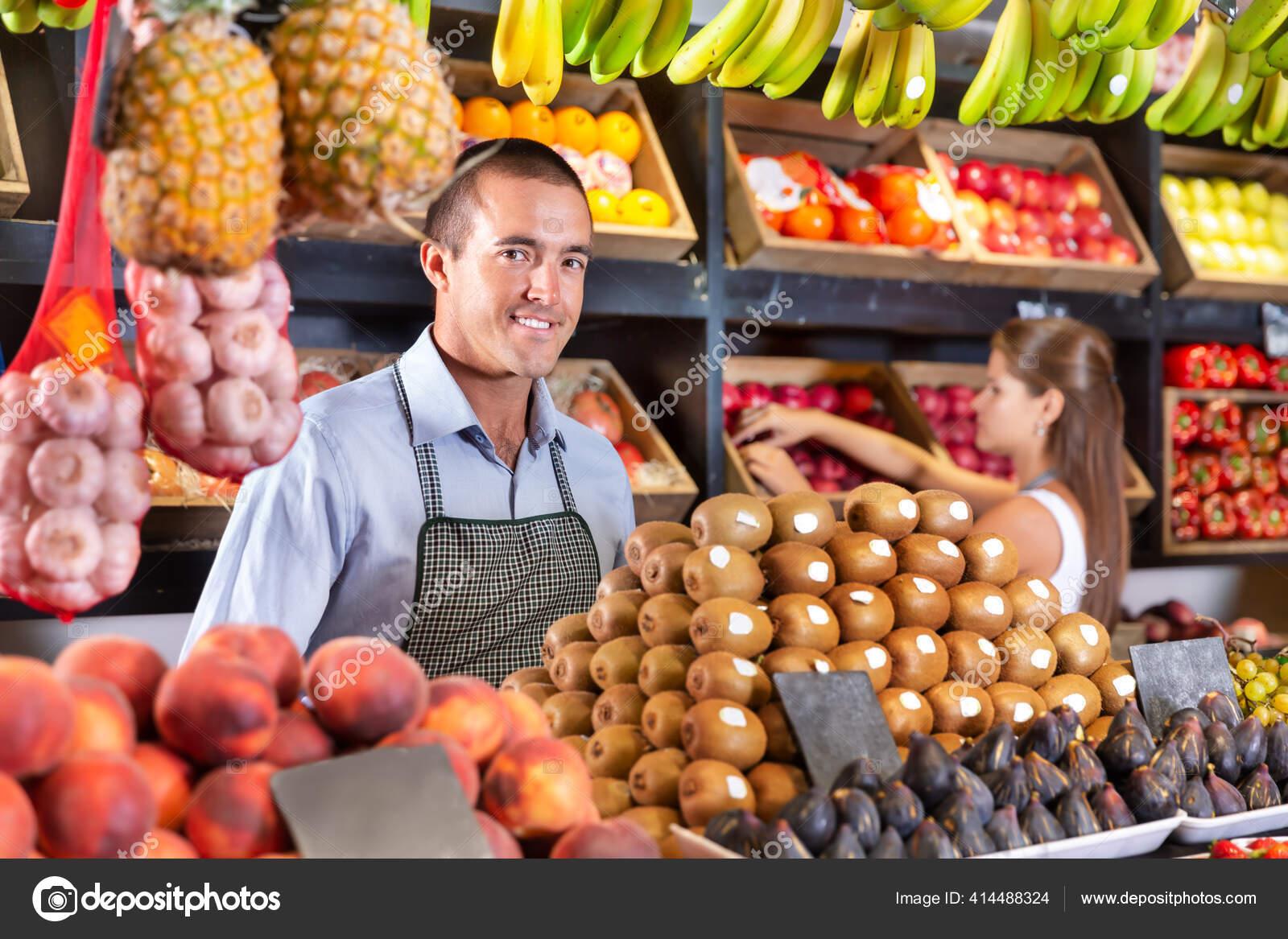 Homem Que Vende Kiwi Fresco E Outras Frutas No Supermercado Fotos Imagens De Jim Filim 414488324