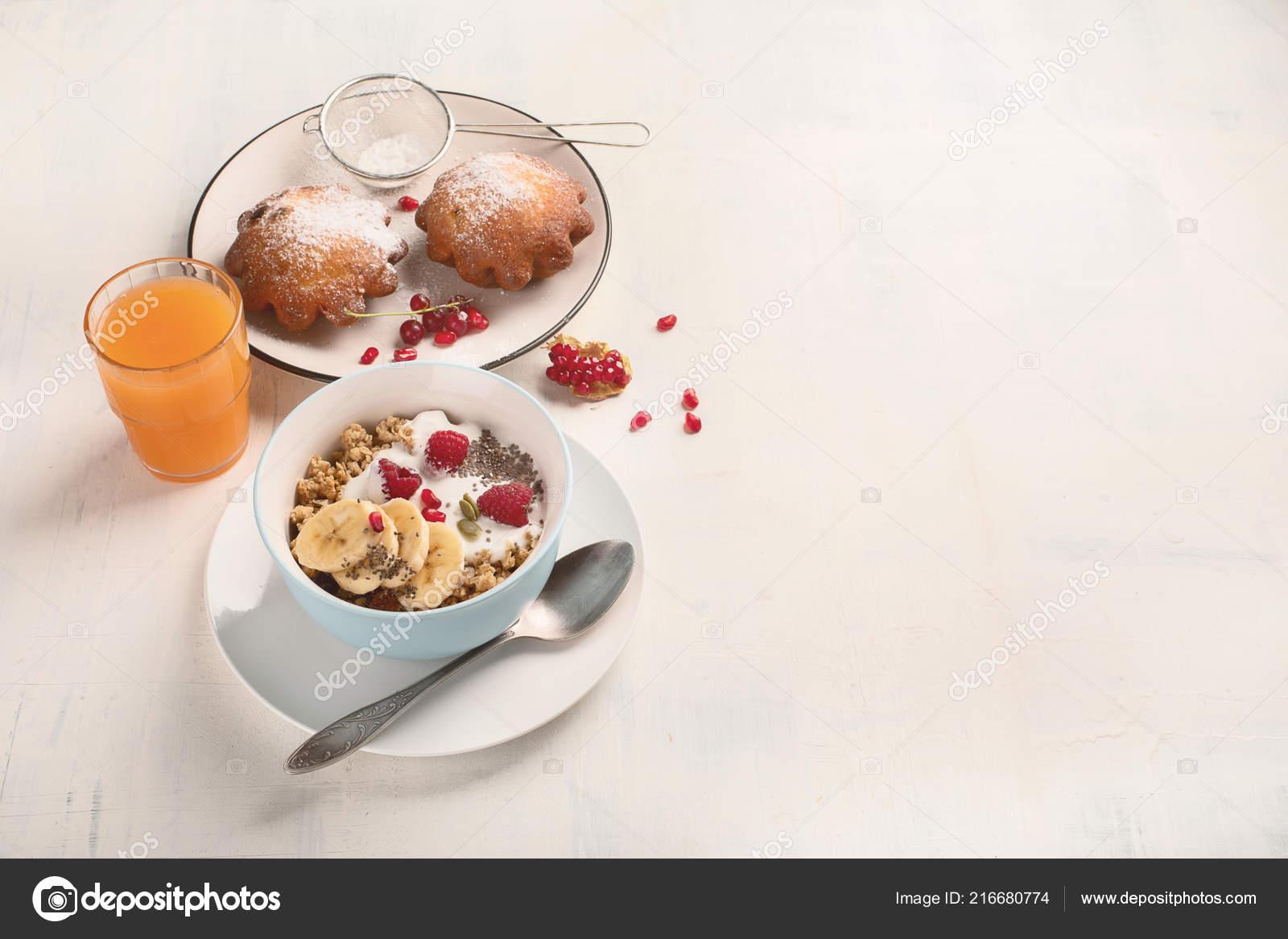 Bol de céréales avec du yogourt et petits fruits frais pour le petit  déjeuner sain. Vue de dessus avec l espace de copie — Image de bit245 1d3e53ed74ad