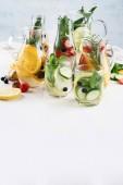 Fotografie Gläser mit verschiedenen Entgiftungswasser für eine gesunde Gewichtsabnahme.