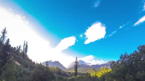 Vysoké Tatry krajina s modrou oblohu a bílé mraky