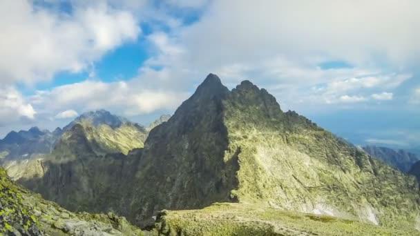 Vrcholů ve Vysokých Tatrách: mt. Vysoká (2547m) (vlevo) a mt. Tazky štít (2500m) (vpravo), Vysoké Tatry, Slovensko. Malebný pohled od slavného hora Rysy (2503m). Časová prodleva