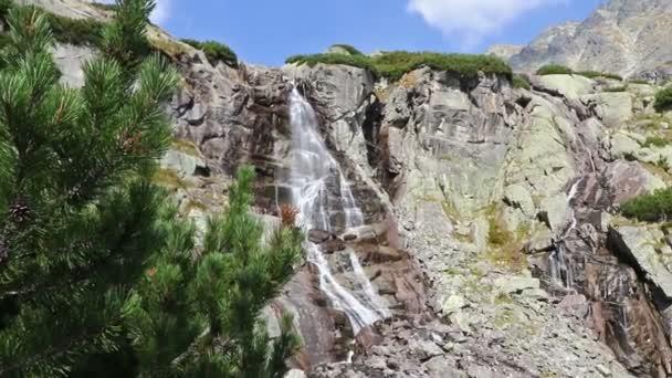 Turistika ve Vysokých Tatrách (Vysoké Tatry), Slovensko. Panoramatický výhled na hory poblíž vodopádu Skok (slovensky: Vodopad Skok), 1789 m. Jeden z nejkrásnějších vodopádů Tatra