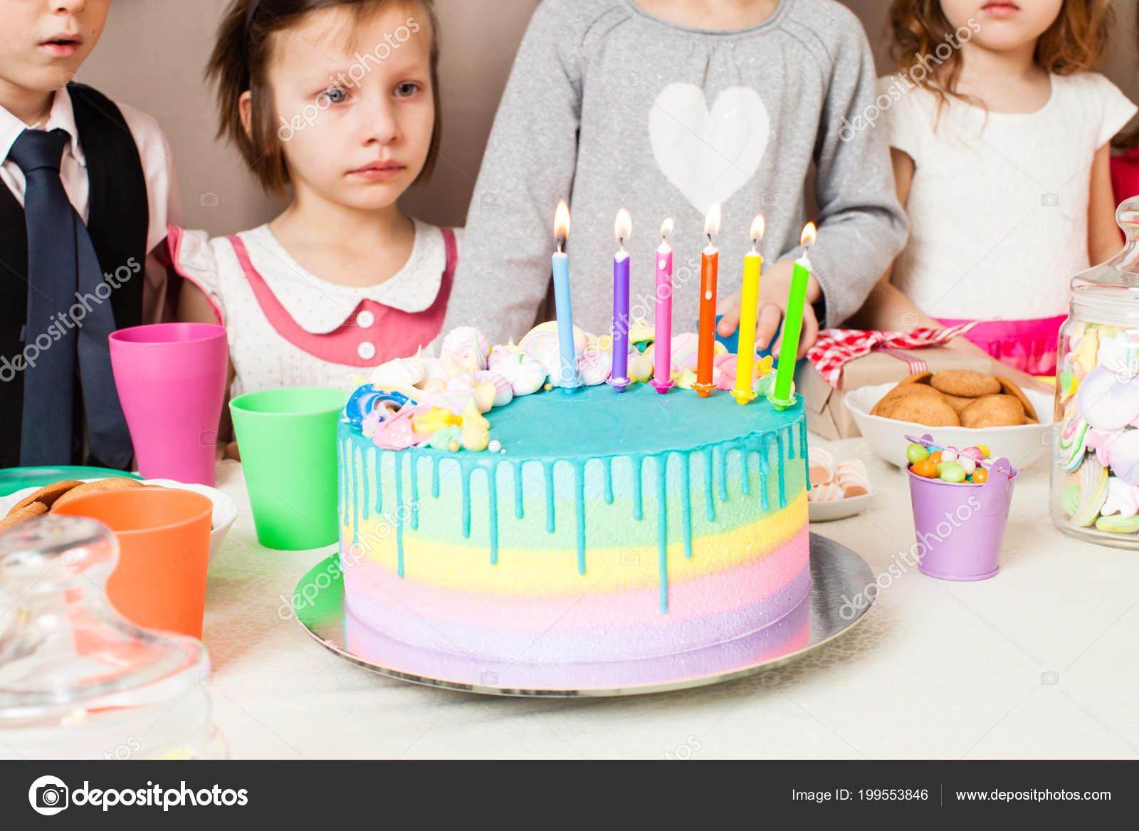 Свечи горят день рождения торт день рождения мальчик смотрит.