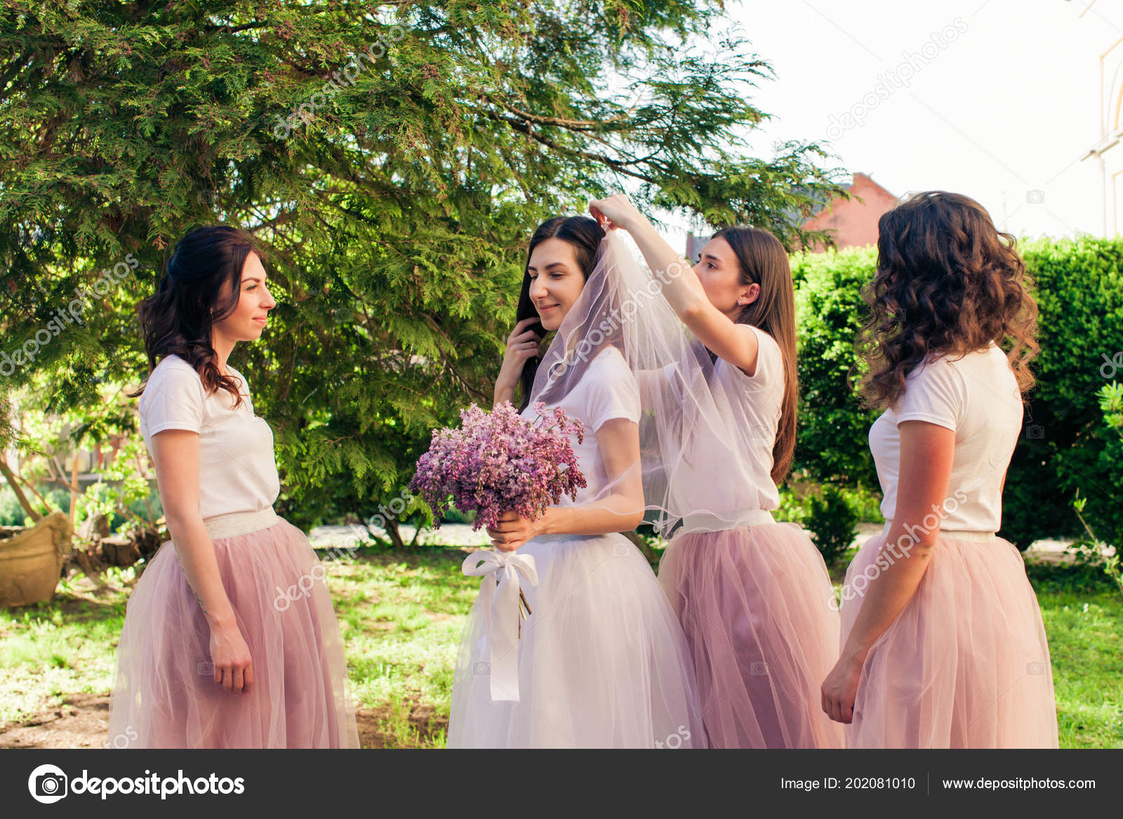 Girlfriends dress up the bridal veil to bride \u2014 Stock Photo