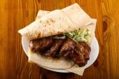 Hovězí kebab - šašlik s lavash chléb