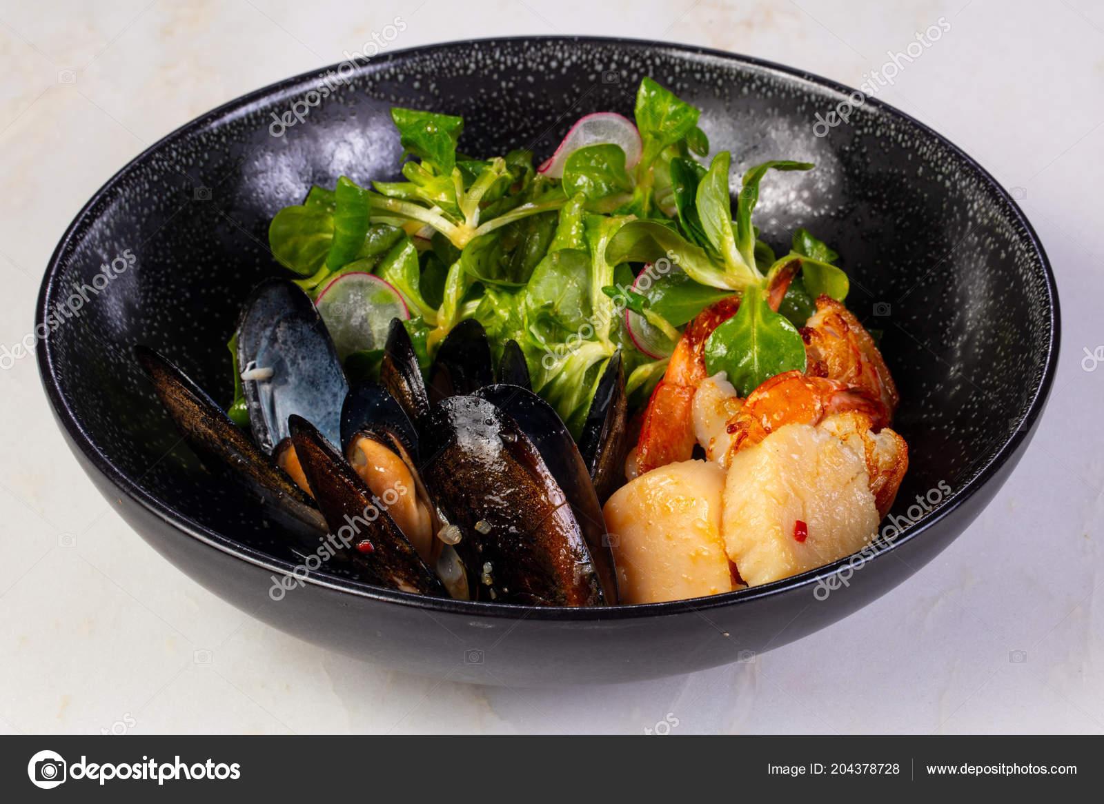 Мидии креветки гребешки салат