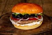 saftige leckere Burger mit Rindfleisch und Käse