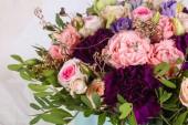 Bouquet di rose fresche con altri fiori