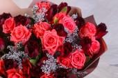 Kytice čerstvé růže s jinými květinami