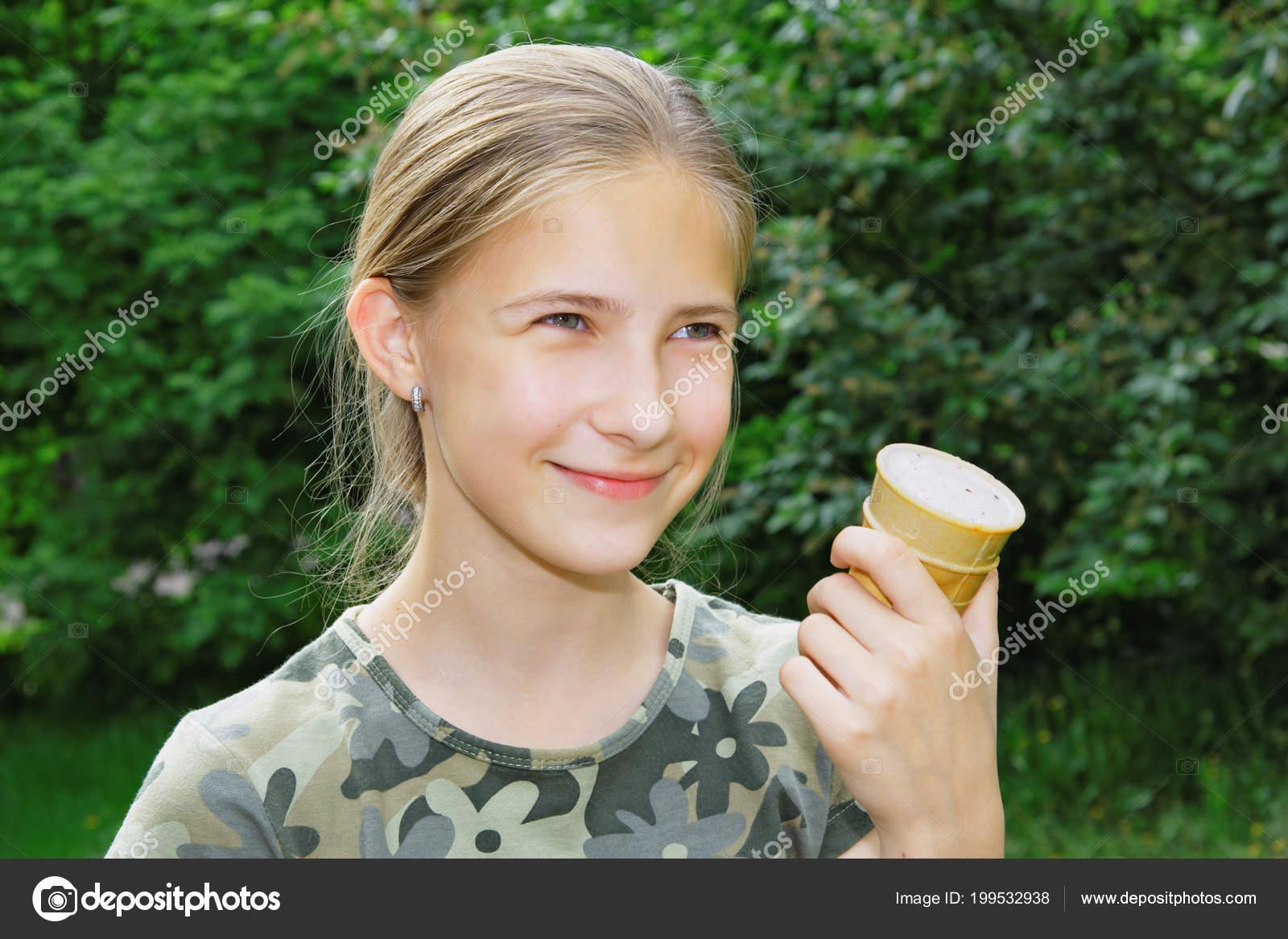 Ein Nettes Jahre Altes Mädchen Mit Eis Der Hand Wandern — Stockfoto ...