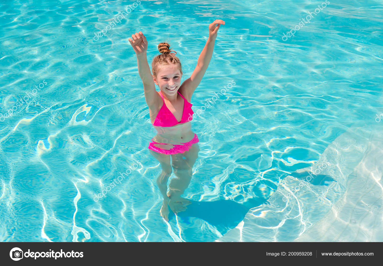 Teenie-Mädchen im Schwimmbad blinzelt mit den Augen