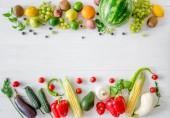 různé druhy ovoce a zeleniny na bílém pozadí dřevěná