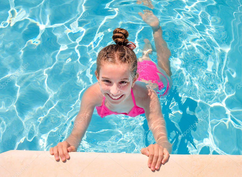 Teen girl in swimming pool squinting her eyes — Stock
