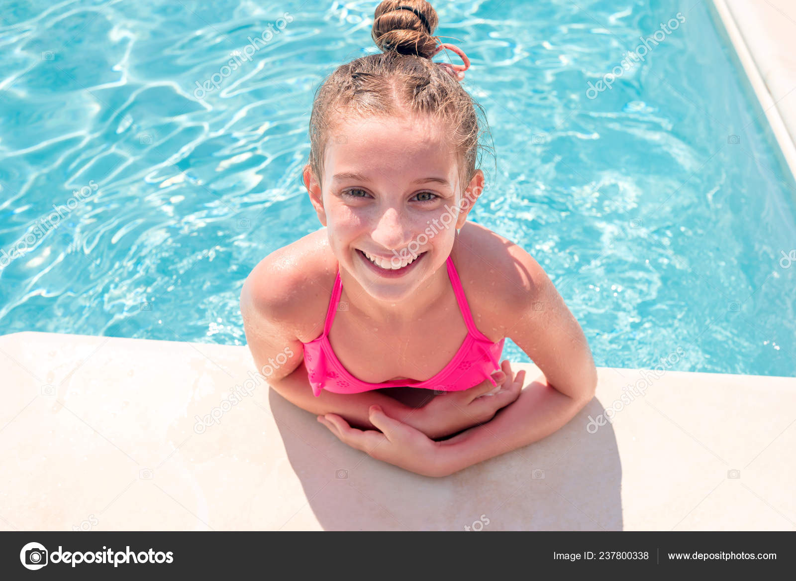 Teen girl in swimming pool squinting her eyes — Stock Photo