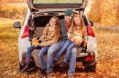 Otec a dcery v podzimním prostředí