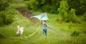 Kislány kutya repülő sárkány