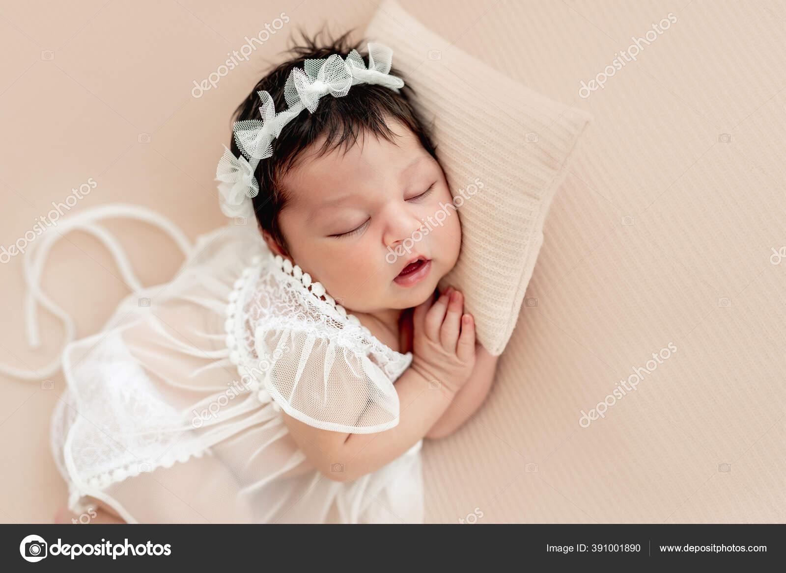 Bayi Lucu Yang Baru Lahir Tidur Di Samping Stok Foto C Tan4ikk 391001890