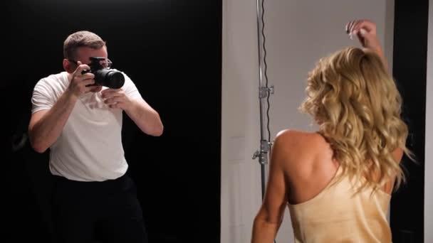 schöne kaukasische Frau posiert für Fotograf im Studio