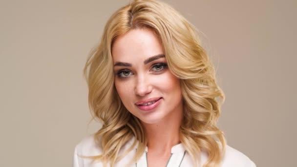 Krásná Kavkazský žena pózování pro fotografa ve studiu