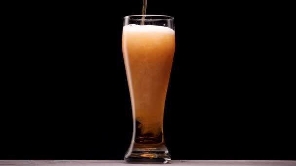 Ömlött az üveg világos sör. Buborék- és hab.