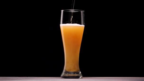 Ömlött az üveg világos sör. Buborék-és hab.