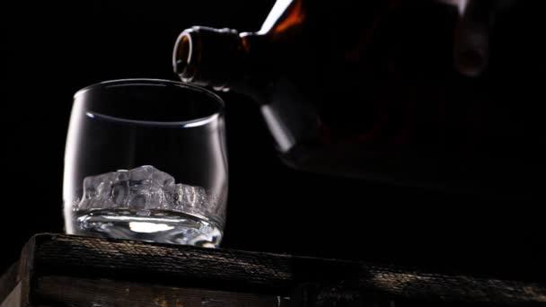 Ömlött a pohár, az üveg whisky. Jégkockák.