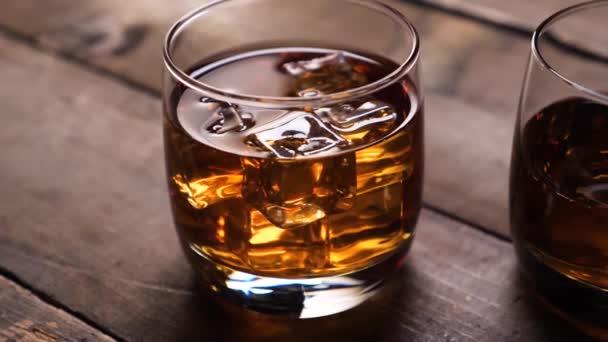 Szép elmélkedés az üveg whisky. Jégkockák.