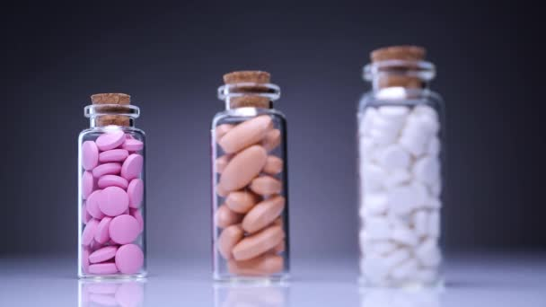 Barevné prášky v lahvích