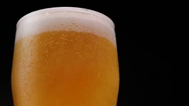 Studené pivo plnící skleněný pohár