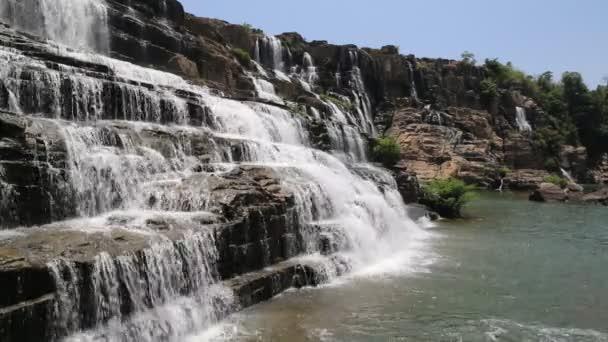 Řada dalších v podobě vodopádu poblíž města Dalat, Vietnam v letním dni