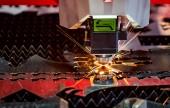 Fotografie CNC laserové řezání kovů, moderní průmyslové technologie. Malá hloubka ostrosti. Upozornění – autentický, fotografování v náročných podmínkách