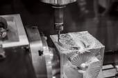 Obrábění kovů Cnc frézka. Řezání kovů moderní technologie zpracování. Malá hloubka ostrosti. Varování - autentické, Střelba v náročných podmínkách. Trochu obilí a možná rozmazané