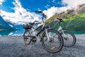 Elektrofahrrad vor dem Hintergrund der norwegischen Natur