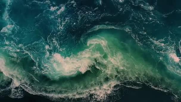 Vlny vody z řeky a moře se setkávají během přílivu a odlivu.