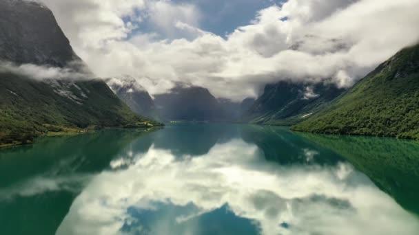 Krásná příroda Norsko přírodní krajina lovatnet jezero.
