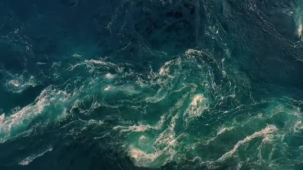 Vlny vody z řeky a moře se setkávají během přílivu a odlivu. Whirlpools of the maelstrom of Saltstraumen, Nordland, Norway