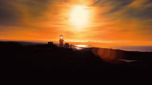Pobřežní maják. Lindesnes Lighthouse je pobřežní maják na nejjižnějším cípu Norska. Světlo vychází z objektivu Fresnel prvního řádu, který je vidět až na 17 námořních mil
