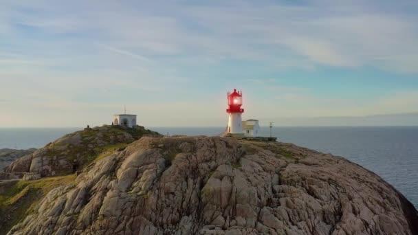 Leuchtturm an der Küste. Der Leuchtturm von Lindesnes ist ein Leuchtturm an der Küste am südlichsten Zipfel Norwegens. Das Licht kommt von einer Fresnel-Linse erster Ordnung, die bis zu 17 Seemeilen zu sehen ist