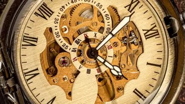 Spirál óramű az időben. Antik óra tárcsázás közelről. Vintage zsebóra.